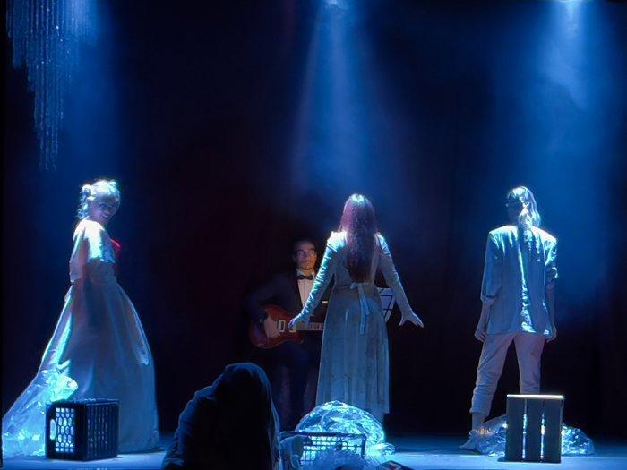 «Белое на белом» в Steps Theatre